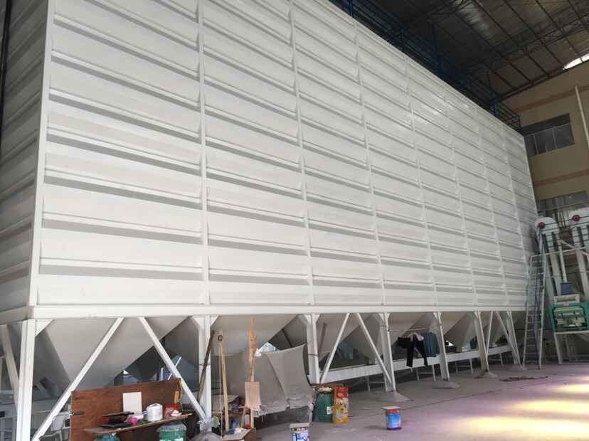 小议荣顺祥方形粮食钢板仓的结构与性能众所周知,钢板仓因其自重轻、建设工期短、占地面积小、气密性好、适应性强。方形钢板仓是由正方形单仓组合而成。钢板仓分为四个角连接、外围中间部分连接、内壁角连接、壁板上下层之间连接、外围壁板上下层之间连接及搭接板的使用。方形钢板仓使用3mm镀锌板,镀锌层厚度为19.25斗m,使用年限:农村地区为38.8年;沿海地区为34.5年;工业地区为19年。 沧州荣顺祥机械有限公司钢板仓具有专业的研发、设计、生产及安装队伍,为客户从工艺设计、自动化控制和钢板仓、输送、清理、除尘配套设备