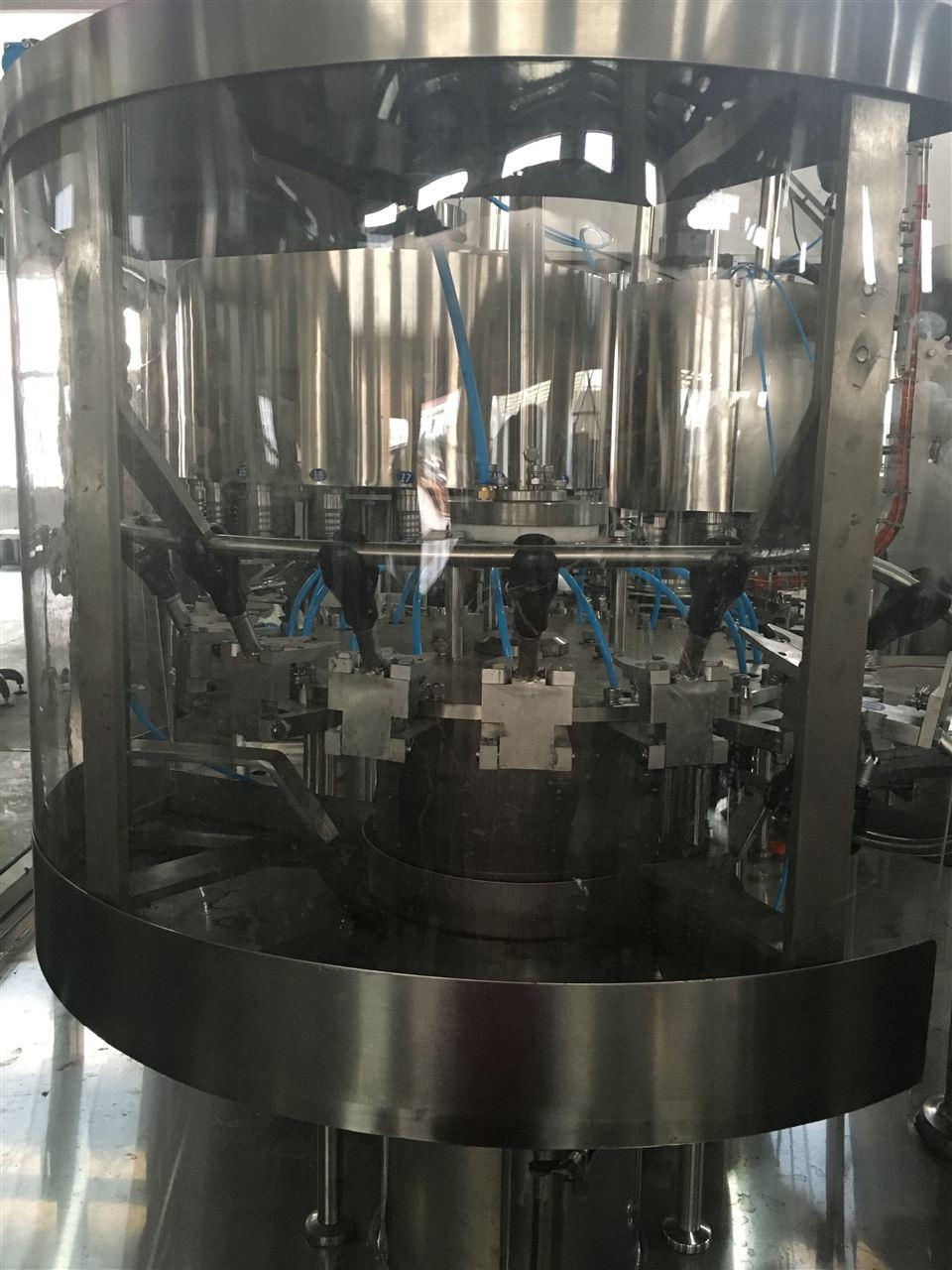 用于聚酯瓶装各种饮料的生产,在一机上实现冲瓶、灌装、封盖。整机设计科学合理,外形美观,功能齐全,操作维修方便,自动化程度高。综合采用意大利、德国先进技术。灌装速度快、液面控制稳。如:无瓶时不灌装,冲气或灌装时爆瓶则灌装阀将自动关闭,并有自动冲洗等先进自控技术。采用托瓶提升气缸,油尼龙齿轮传动,噪声小,整机运转平稳。采用磁力扭矩式拧盖头,实现抓盖、拧盖功能。拧盖力矩无极可调,具有恒力矩旋盖塑盖功能,且不伤盖,封口严密可靠。水平回转式气力理盖器,具有不损坏瓶盖表面,料斗内缺盖发信号自动补充盖等功能。整机产用PLC电脑程序控制及人机界面触摸屏按钮,具有料缸内液面自动控制,无瓶不加盖等功能,采用变频器无级调速,生产能力数字显示,调整及其方便。